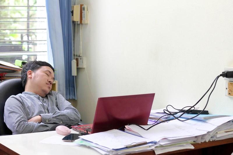 """Hay mucho que admirarle a Japón, por algo es la potencia que es. Para ellos el trabajo es lo primero en la lista de prioridades, y si bien hay que respetar esa filosofía de vida, no todo lo que lleva al éxito es necesariamente algo saludable. Por ejemplo, para ellos, quedarse dormido en la oficina es señal ser buen trabajador. De hecho, el término 𝙞𝙣𝙚𝙢𝙪𝙧𝙞, significa ese  estado de sueño alerta durante el trabajo, o en las estaciones de trenes cercanas a su ruta de trabajo.  Es un vocablo japonés compuesto de dos caracteres """"i"""" (estar despierto) y """"nemuri"""" (sueño), por eso es un estado de sueño, pero alerta. Es algo similar al sueño de los gatos, por más que parezcan ausentes en su sueño, están tan alertas,  que deben ser capaces de volver a la realidad en el momento en que se les necesite. El término puede resumirse como """"dormir en el trabajo, pero estando alerta y presente"""".    Si el jefe ve a un trabajador durmiendo durante horas de trabajo, no lo juzga como perezoso o improductivo, al contrario, lo valora, por verlo recargándose para continuar su jornada de trabajo. Porque la prioridad del japonés es el trabajo, trabajo, trabajo y más trabajo.   El inemure es un sueño que practica el trabajador  cuando ya está exhausto, para luego seguir trabajando, sería algo como el equivalente a un """"coffee break"""" en  nuestras largas reuniones occidentales .   Yo llegué hace unos años a Tokio a las 3 de la mañana, y recuerdo que había mucho tránsito y a esa hora de la madrugada estaban todas las luces de los edificios de oficina encendidas, como algo usual, nada extraordinario.  Incluso en esa ocasión me comentaron los mismos japoneses, que cuando había un tránsito tan congestionado, ellos decidían no irse a casa, sino quedarse a dormir en la oficina, para trabajar y asegurarse de no quedarse atascados en el tránsito y no poder llegar a la oficina al día siguiente.   También es muy común, que, después de una noche de excesos, de beber mucho alcohol (práctica usual en el japonés"""