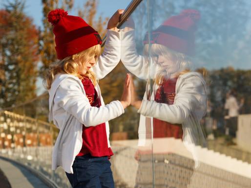 El autismo puede estar asociado a la falta de 'neuronas espejo', y al aprendizaje por imitación.