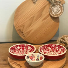 purewoodserveerplank rond 25cm + 2 schaaltjes Flo rood + 1 minibowl wit