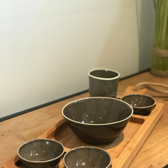 purewood streetfoodplank 3 vaks +3 minibowls +1 med. Bowl + mok Water taupe
