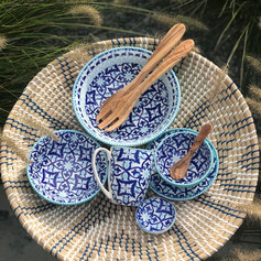 rotanschaal blauw/ecru+minibowl+mok+bordje+kleine bowl+medium bowl + max bowl+ houten bestek + 1 tapaslepeltje