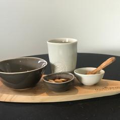 pure teakwood ovalen serveerplank 35cm + 2 minibowls + grote mok + 1 bowl lepeltje niet incl.