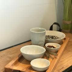 purewood 1 vak streetfoodplank met lederen handvaten 49cm +2 med.bowls +2 minibowls + kleine mok Water grey