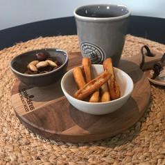 pure walnut serveerplank rond 20cm + 2 minibowls + mok 7cm Water