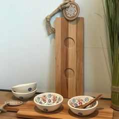 purewoodserveerplank met 2 uitsparingen + 2 bowls Flo wit (lepeltje exclusief)