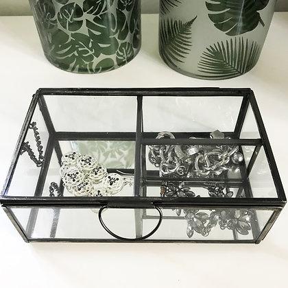 Boîte à bijoux compartimentée en verre et métal noir avec couvercle et chaînette