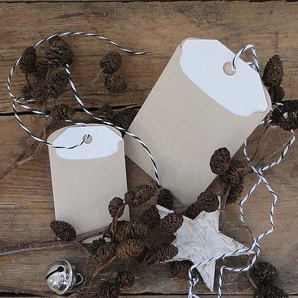 Etiquettes cadeaux blanches avec enveloppes kraft
