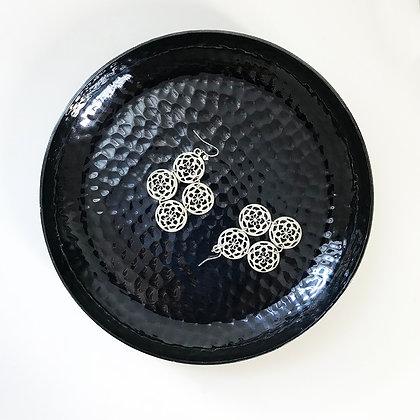 Assiette en métal noir martelé - aperçu dessus