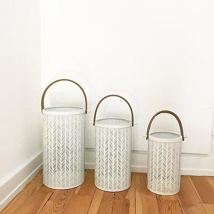 Lanternes blanches en métal ajouré avec anse
