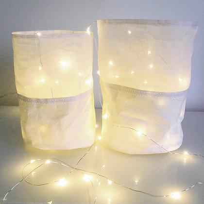 Sacs de lumière en tissu blanc avec guirlande lumineuse