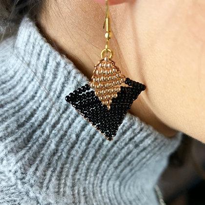 Boucles d'oreilles forme triangle en perles noir et or
