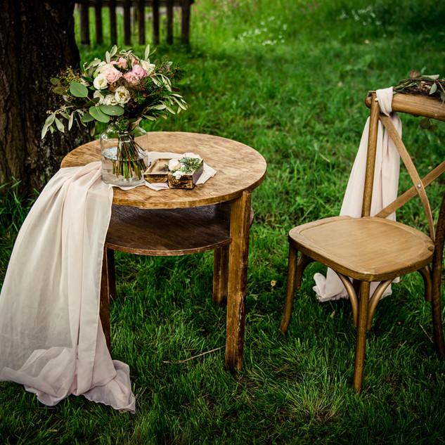 Stůl kulatý hnědý