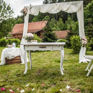 Stůl bílý ozdobný