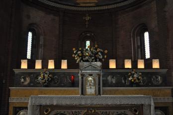 Altare e le candele accese