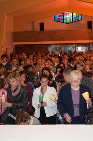 messa in chiesa a trofarello, si accendono le candele