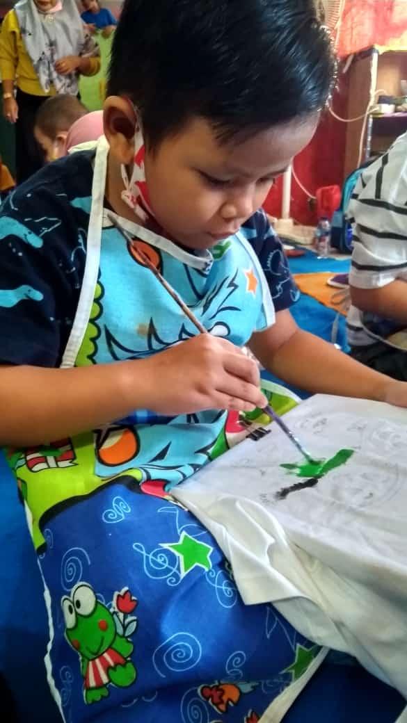 belajar mengguratkan warna melatih imajinasi anak