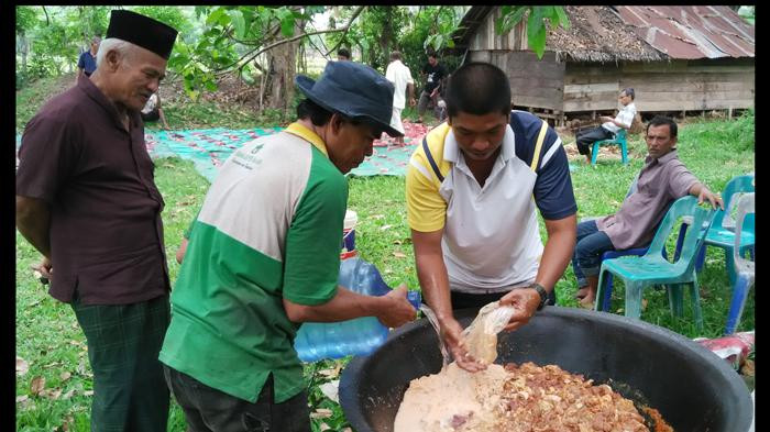 Tradisi memasak daging dan menikmatinya bersama keluarga
