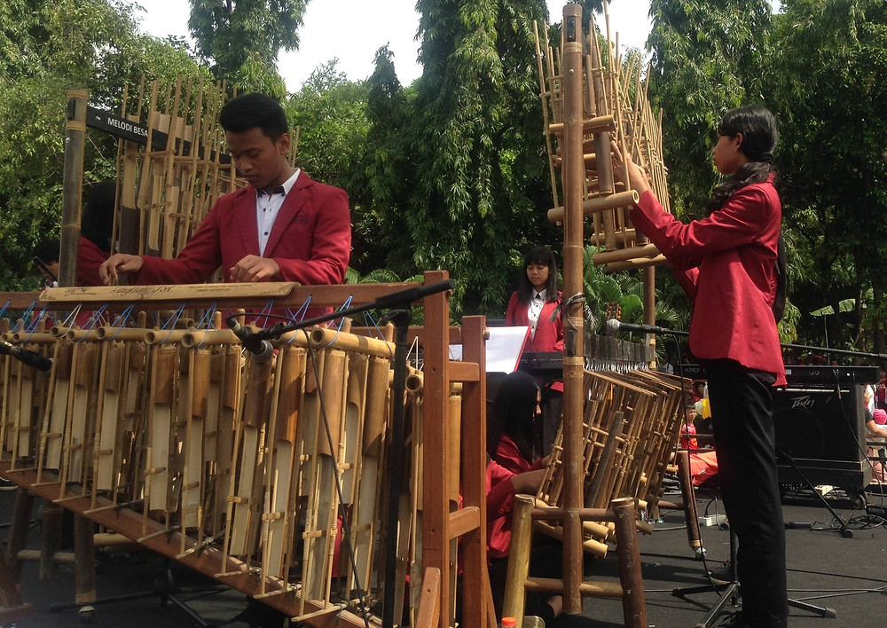 alat musik tradisional angklung yang mudah dimainkan bagi anak