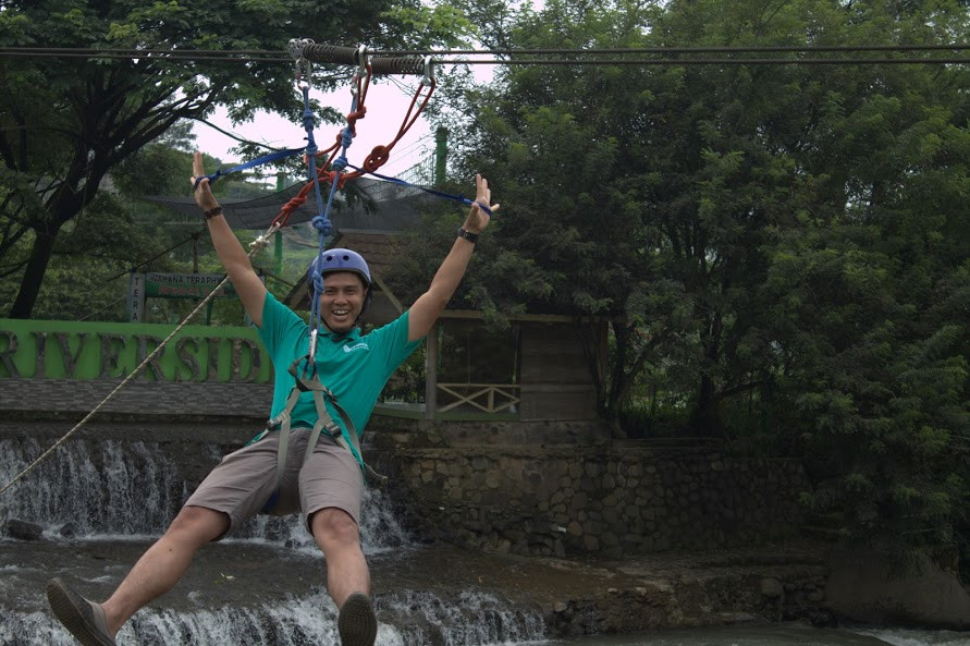 permainan flying fox peserta outbound FIF