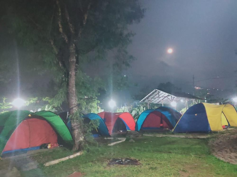 suasana camping malam hari