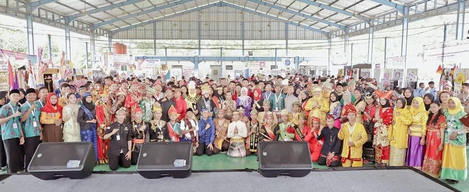 siswa peserta kemah Pramuka dengan busana adat