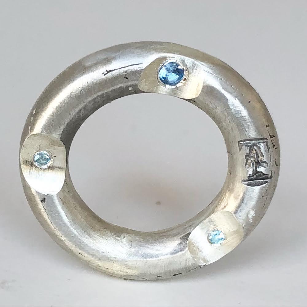 Aliança de prata com aguas-marinha