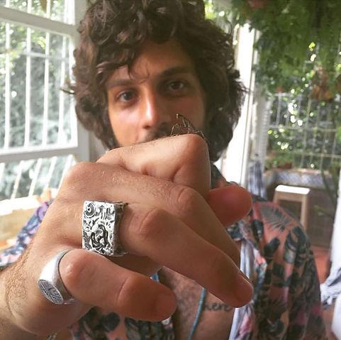 Chay Suede usando anel Andre Lasmar