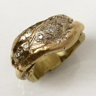 Anel esculpido de ouro