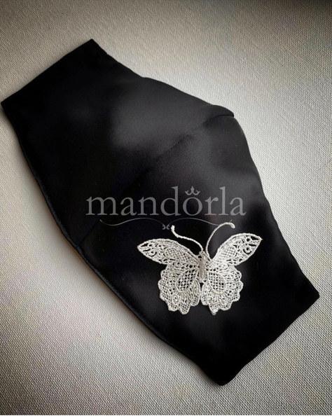 Raso francés negro, mariposa de guipure, triple capa, bolsillo para filtro.