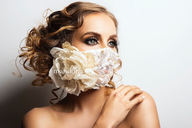 Encaje ivory con flor de seda y encaje, perlas bordadas a mano. Ideal para colocar sobre KN95.