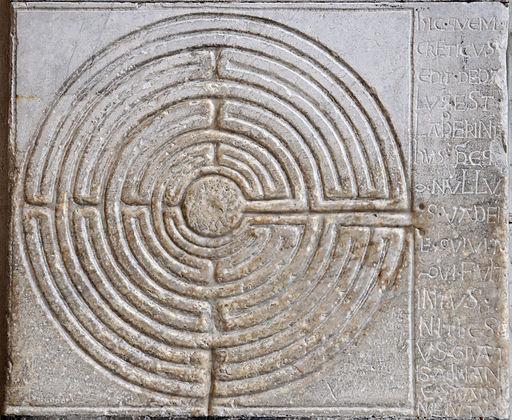 Labyrinthe digital situé à l'entrée de la cathédrale de Lucques
