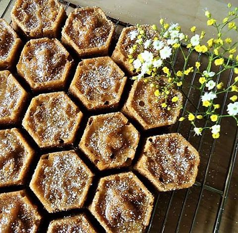 Tried a new cake pan today, Honeycomb pull apart lemon cake with honey glaze