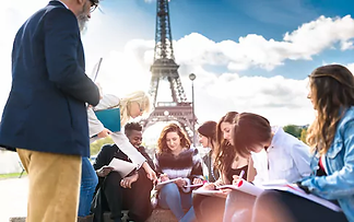 students-in-front-of-eiffel-tower.webp