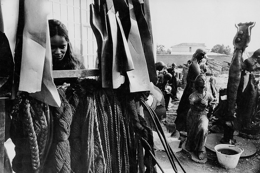 Barbara-Chase-Riboud-at-the-foundry-with