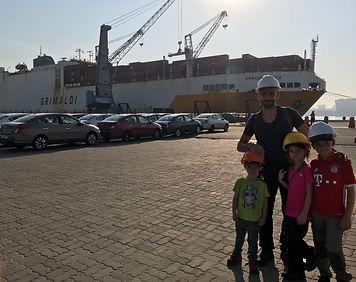 Devant le cargo grimadi au port de Rio