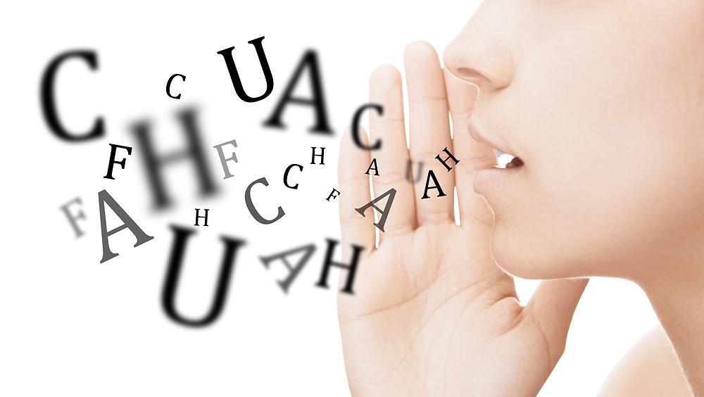 Donna parla con lettere su sfondo bianco