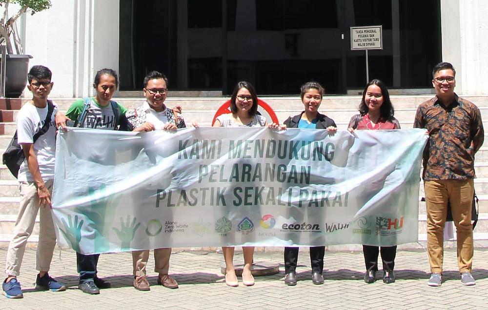 Aliansi Zero Waste Indonesia menyerahkan dokumen Amicus Curiae ke Mahkamah Agung pada 23 April 2019.
