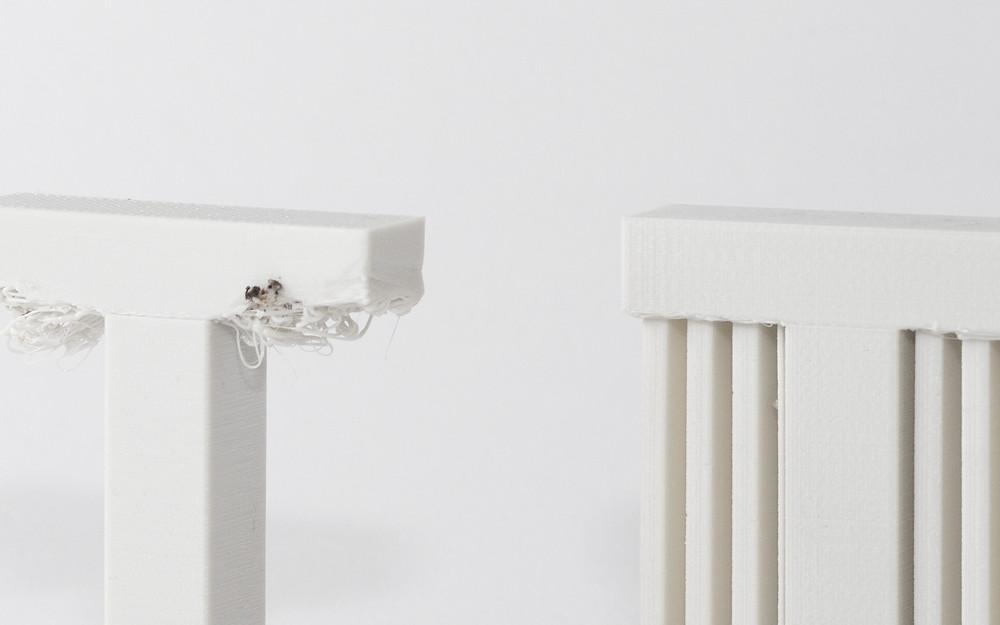 A la izquierda una impresión sin soportes, a la derecha el mismo modelo impreso con soportes.