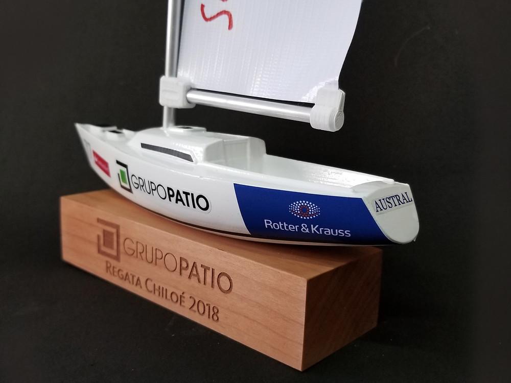 Producto Final: Trofeo impreso en 3D pintado con Base de Madera