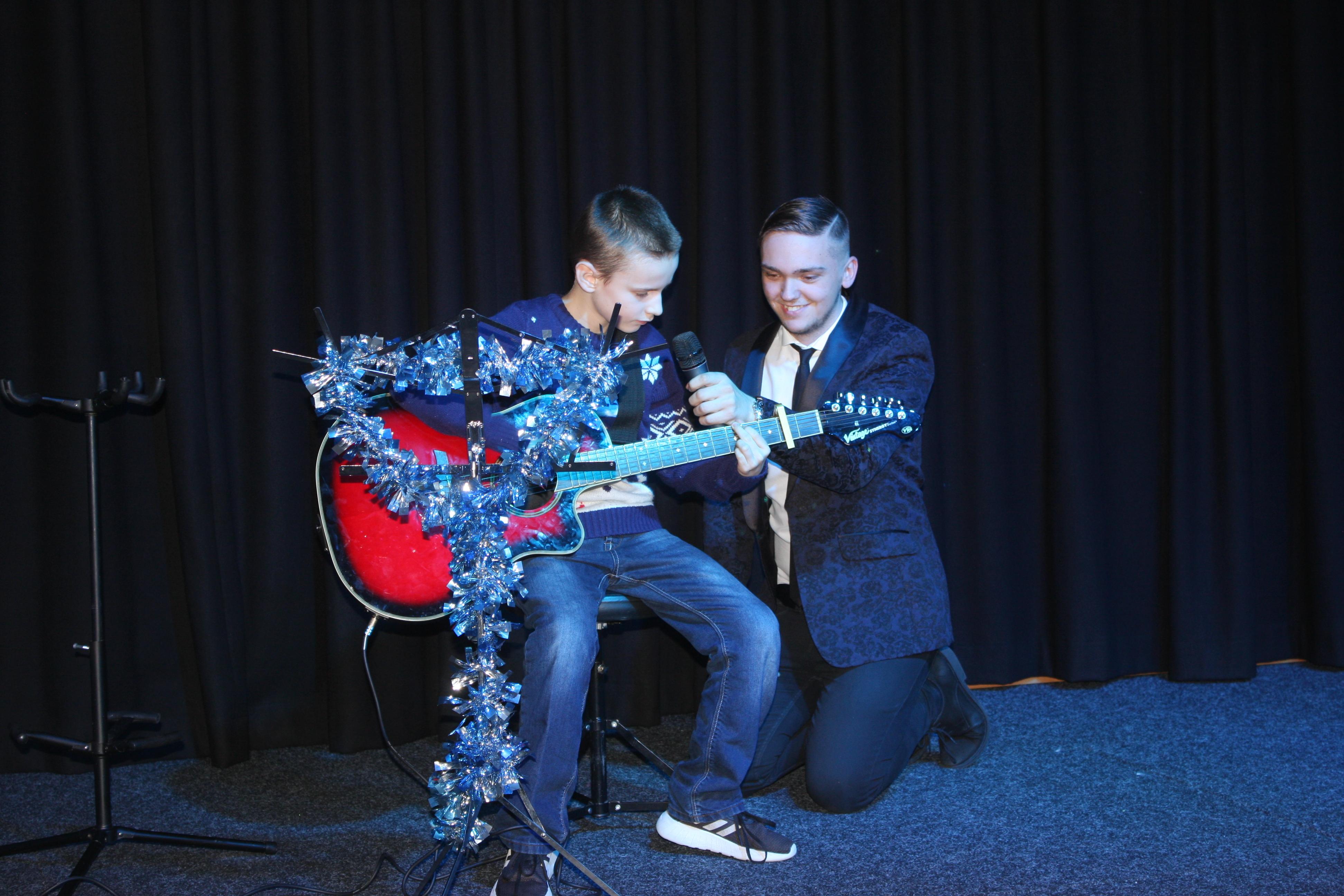 LIS Guitar Josh 6