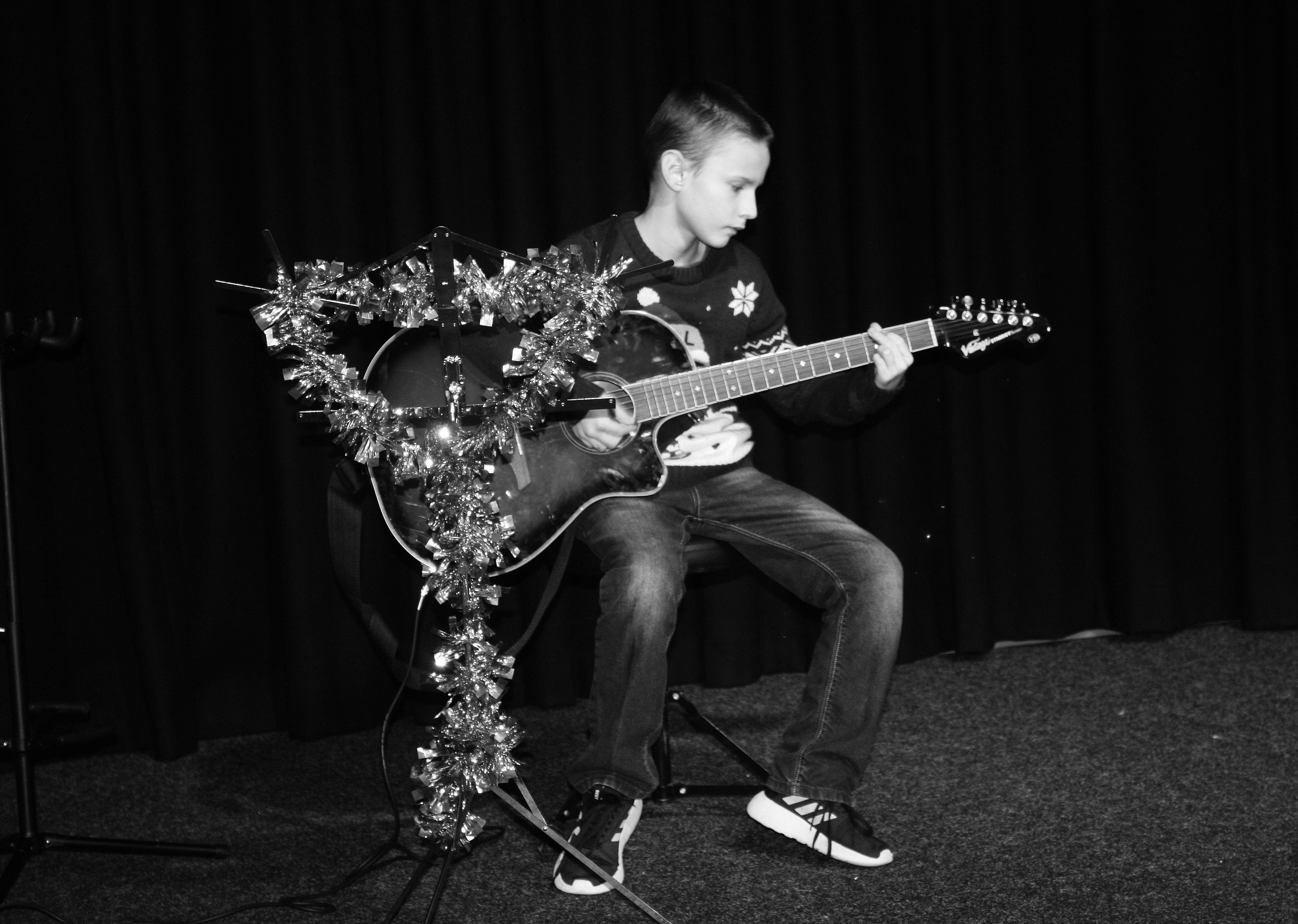 LIS Guitar Josh 5