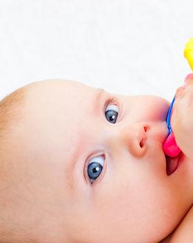 Neonata con succhietto
