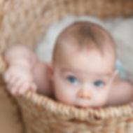 Baby im Korb mit Tageslicht in Bonn