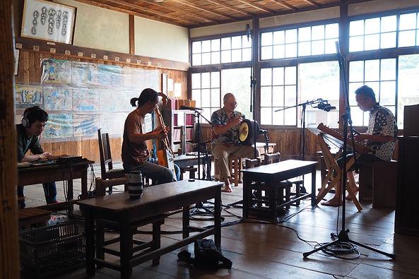 浜辺の歌プロジェクト、カルマン、小豆島フィールドレコーディングでの一コマ。映画二十四 瞳の岬の分教所にて。