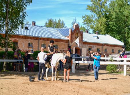 Avatud uste päev Tartu Ratsakoolis pakkus lastele toredat elamussõitu hobustega