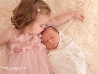 Newborn fotoshoot met grote zus in Mechelen