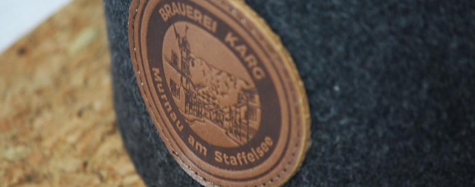 • Hochwertiger Lederpatch mit Brauerei Karg-Logo • Schirm aus raffiniertem Kork