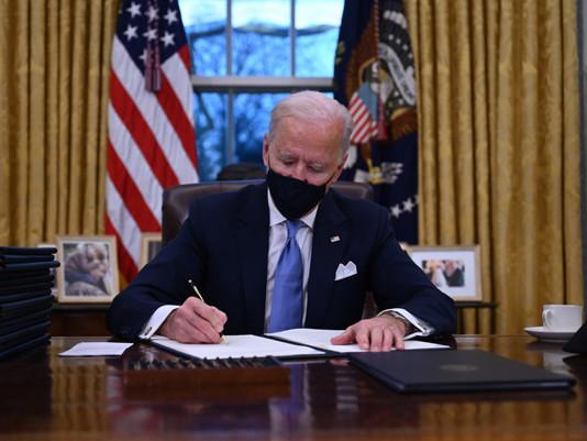 Joe Biden prend des mesures exécutives à un rythme record