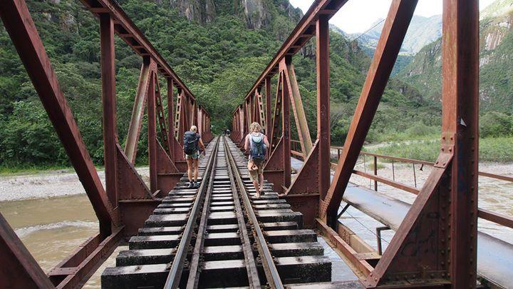 Brücke in Richtung Machu Picchu - warum die wohl rechts einen Weg für Fussgänger angelegt haben_ - n