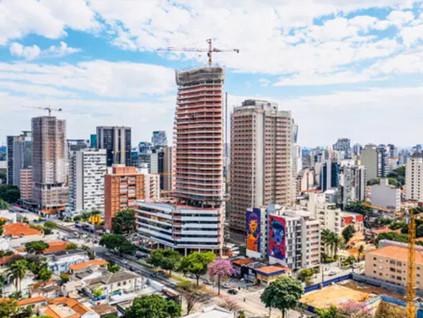Prédios altos ao longo de grandes avenidas mudam o horizonte em SP